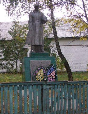 с. Боромыки Черниговского р-на. Памятник, установленный на братской могиле, в которой похоронено 3 советских воина, погибших при освобождении села.