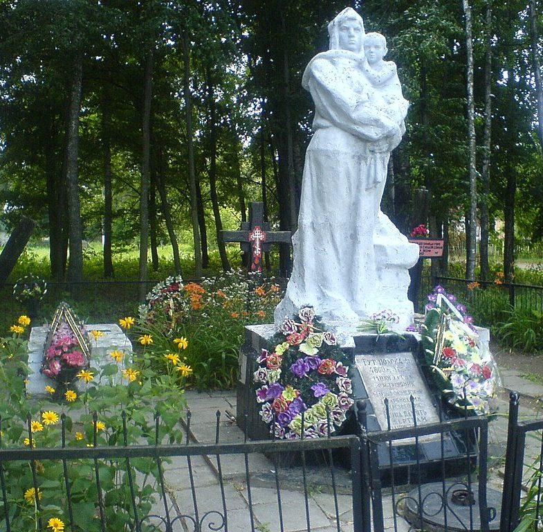 с. Козары Носовского р-на. Памятник, установленный на братской могиле, в которой похоронено 4800 мирных жителей, замученных карателями 11 марта 1943 года.