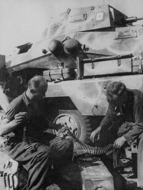 Экипаж бронеавтомобиля Sd.Kfz. 231 снаряжают пулеметные ленты на Миус-фронте. 1942 г.
