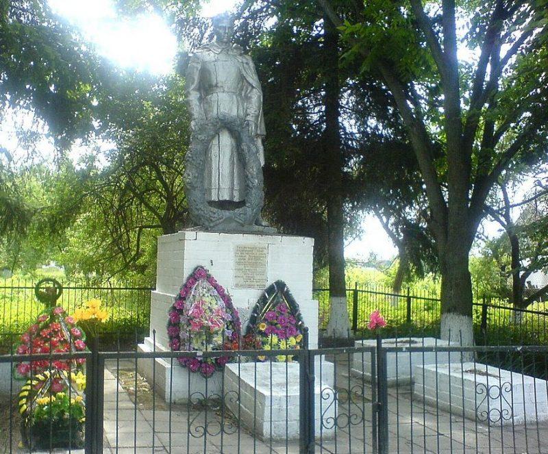 с. Козары Носовского р-на. Памятник, установленный на братской могиле, в которой похоронено 18 советских воинов, погибших при освобождении села в сентябре 1943 года.