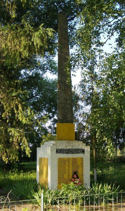 с. Буды Черниговского р-на. Памятник погибшим односельчанам.