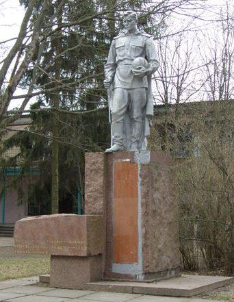 с. Лихачев Носовского р-на. Памятник, установленный в 1954 году на братской могиле воинов, погибших при освобождении села.