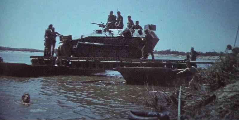Бронетранспортер Sd.Kfz. 251/10переправляют через Дон в районе Николаевской. 1942 г.