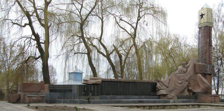 с. Лихачев Носовского р-на. Памятник погибшим односельчанам, установленный в 1983 году.