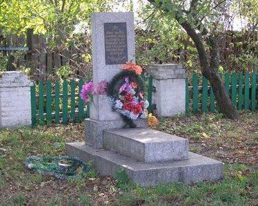 с. Ведильцы Черниговского р-на. Братская могила мирных жителей, казненных оккупантами.