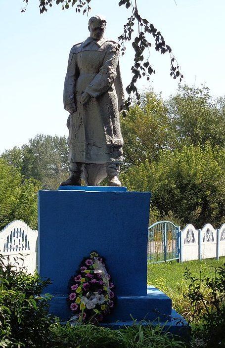 с. Макеевка Носовского р-на. Памятник, установленный у братской могилы, в которой похоронено 2 советских воина и партизан, погибших при освобождении села в 1943 году.