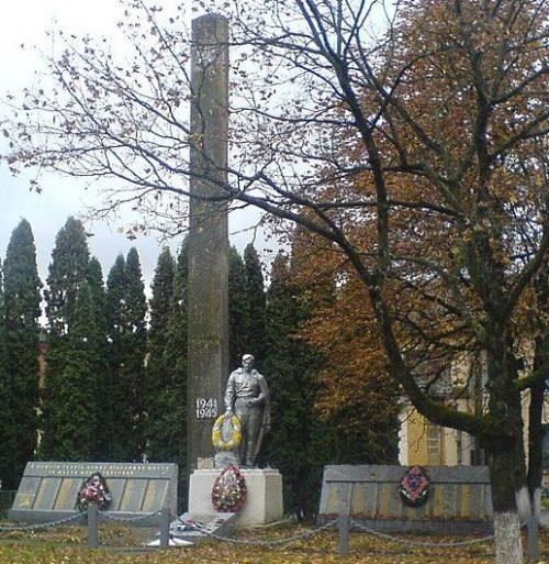 с. Мрин Носовского р-на. Братская могила воинов и партизан, погибших в боях за село и памятный знак погибшим односельчанам, установленный в 1957 году.