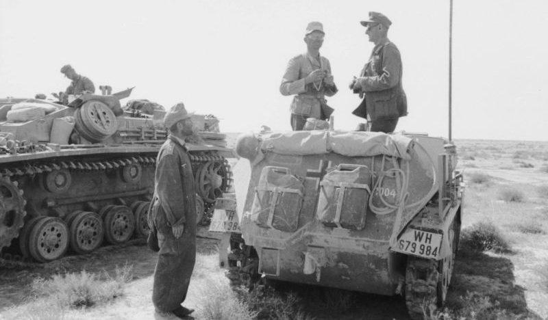 Бронетранспортер Sd. Kfz. 250 и штурмовое орудие StuG III в северной Африке. 1942г.