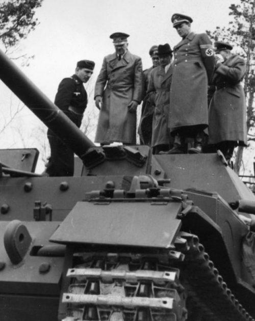 Конструктор Фердинанд Порше демонстрирует Гитлеру предсерийный образец САУ «Фердинанд» в Рюгенвальде. Март 1943 г.