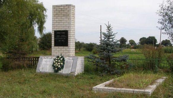 с. Деснянка Черниговского р-на. Братская могила воинов, павших при освобождении села и памятный знак погибшим односельчанам.