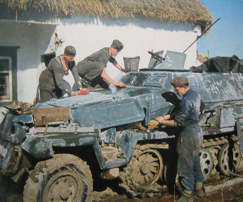 Солдаты смывают зимний камуфляж с полугусеничного бронетранспортера Sd.Kfz. 251/1 Ausf.C «Ганомаг». Украина, весна 1943 г.