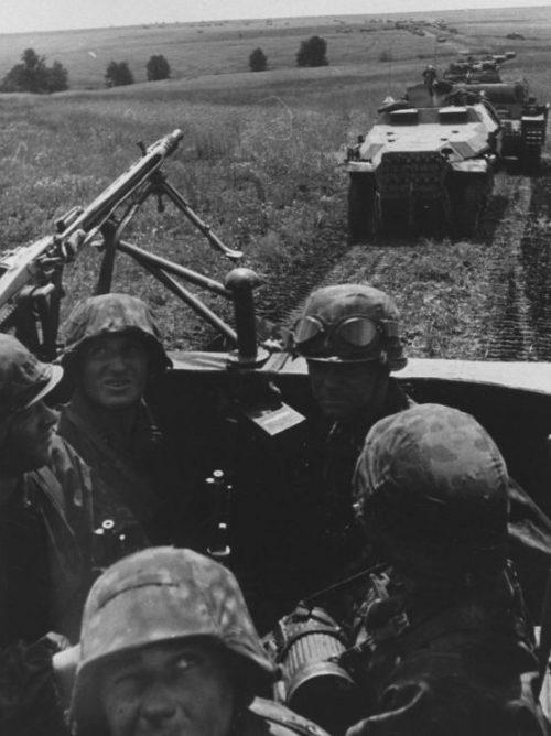 Бронетранспортер Sd.Kfz. 251 на марше во время боев на Курской дуге. Июль 1943 г.