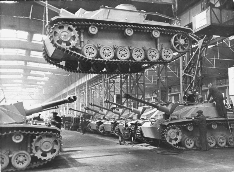 Цех сборки немецких штурмовых орудий StuG III и StuH 42 на заводе «Алькетт» в Берлине. Август 1943 г.