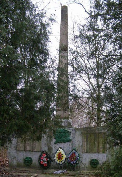с. Должик Черниговского р-на. Памятник возле школы 154 погибшим односельчанам, установленный в 1971 году.