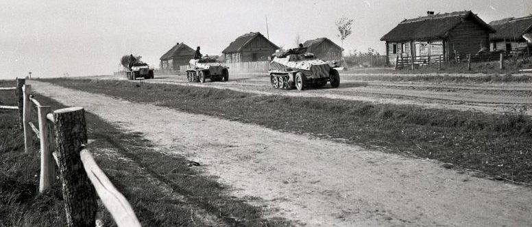 Колонна немецких бронетранспортеров Sd.Kfz. 253 и Sd.Kfz. 252 на марше в деревне Дегонка Смоленской области. Август 1943 г.