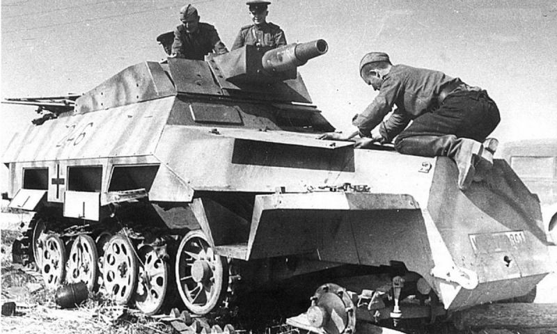 Бронемашина Sd.Kfz.251/9 Ausf, разбитая на Курской дуге. Август 1943 г.