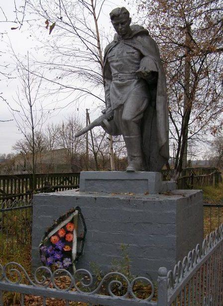 с. Друцкое Черниговского р-на. Братская могила трех воинов, погибших при освобождении села.