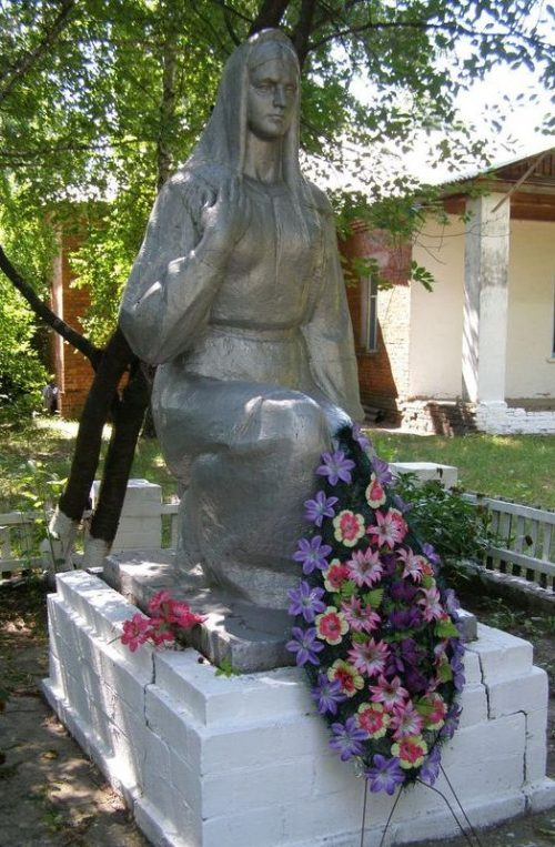 г. Носовка. Памятник 131 погибшему воину-односельчанину села Дебрево.