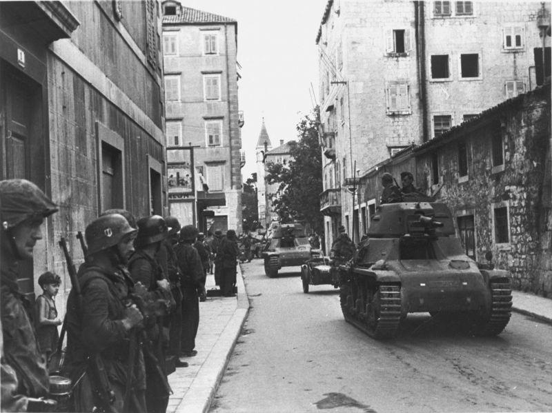 Танки Pz.Kpfw. 35H(f) во взятом городе Сплит. Сентябрь 1943 г.