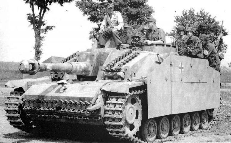 САУ Вермахта StuH 42 с десантом на борту. Сентябрь 1943 г.