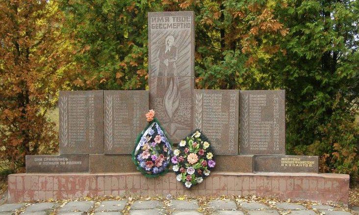 с. Жавинка Черниговского р-на. Памятник возле школы павшим односельчанам, установленный в 1988 году.