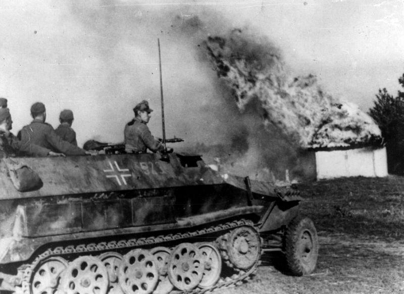 Бронетранспортер Sd. Kfz. 251 у горящей хаты в украинском селе в районе Днепра. Сентябрь 1943 г.