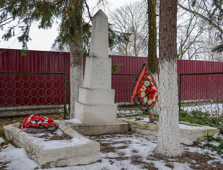 с. Зайцы Черниговского р-на. Братская могила 7 воинов, павших при освобождении села.