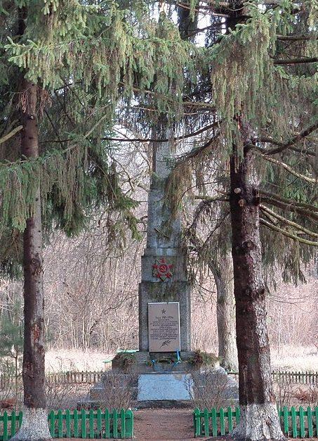 г. Носовка. Памятный знак в урочище «Оришне» партизанам, погибшим в годы гражданской и Великой Отечественной войн.