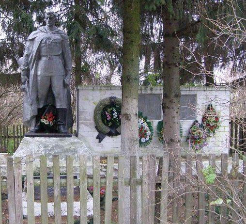 с. Золотинка Черниговского р-на. Памятник, установленный в 1967 году на братской могиле воинов, погибших при освобождении села и памятный знак погибшим односельчанам.