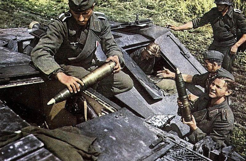 Загрузка боеприпасов в немецкое штурмовое орудие StuG III. 1943 г.