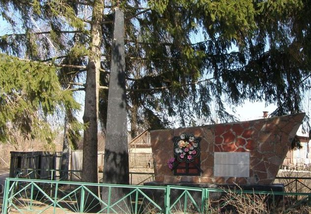 с. Плоское Носовского р-на. Памятный знак, установленный в 1972 году мирным жителям, сожженным немцами 1 апреля 1943 года.