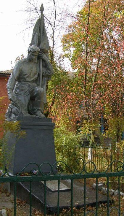 с. Карховка Черниговского р-на. Памятник перед школой, установленный в 1967 году на братской могиле воинов, павших в годы войны.