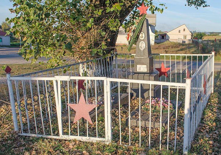 с. Киенка Черниговского р-на. Братская могила 2 воинов 887 стрелкового полка, погибших 20 сентября 1943 года при освобождении села.