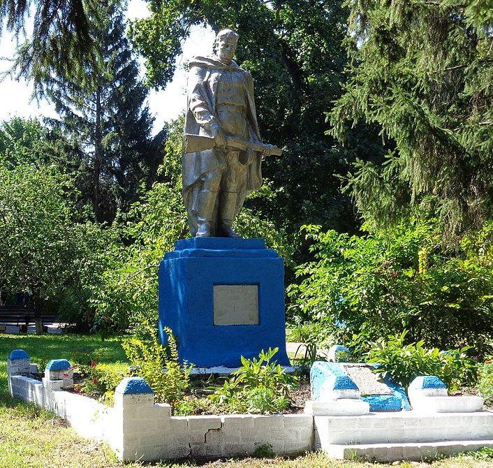 с. Ривчак-Степановка Носовского р-на. Памятник, установленный на братской могиле, в которой похоронено 18 советских воинов, погибших в 1941 году.