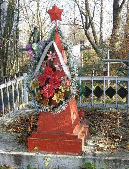 с. Киенка Черниговского р-на. Братская могила 2 неизвестных советских офицеров, расстрелянных немцами в сентябре 1943 г. на кладбище.