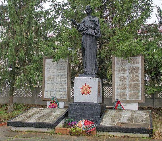 с. Киенка Черниговского р-на. Памятник, установленный на братской могиле, в которой похоронено 18 советских воинов, погибших в сентябре 1943 года и мемориальные плиты с именами 171 земляка, погибшего в годы войны.