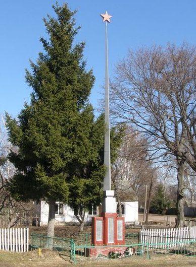 с. Селище Носовского р-на. Памятный знак погибшим односельчанам, установленный в 1958 году.