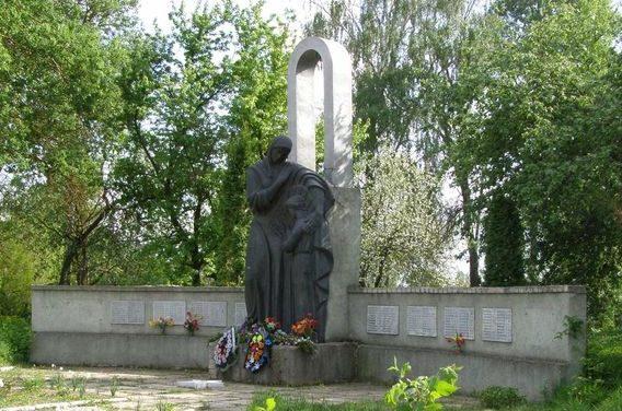 с. Клочков Черниговского р-на. Братская могила воинов, погибших при освобождении села и памятный знак погибшим односельчанам.