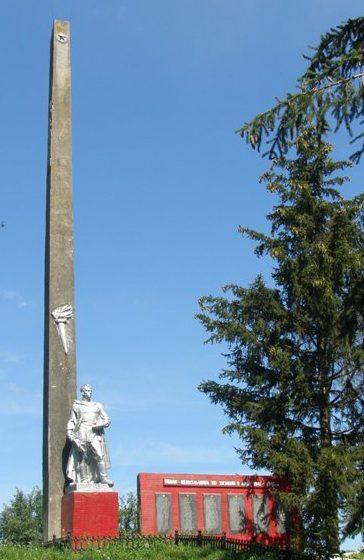 с. Степные Хутора Носовского р-на. Памятный знак погибшим односельчанам, установленный на территории школы.