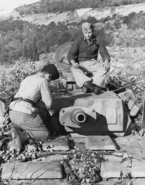 Танкисты маскируют танк Pz.Kpfw. III Ausf. N в Италии. 1943 г.