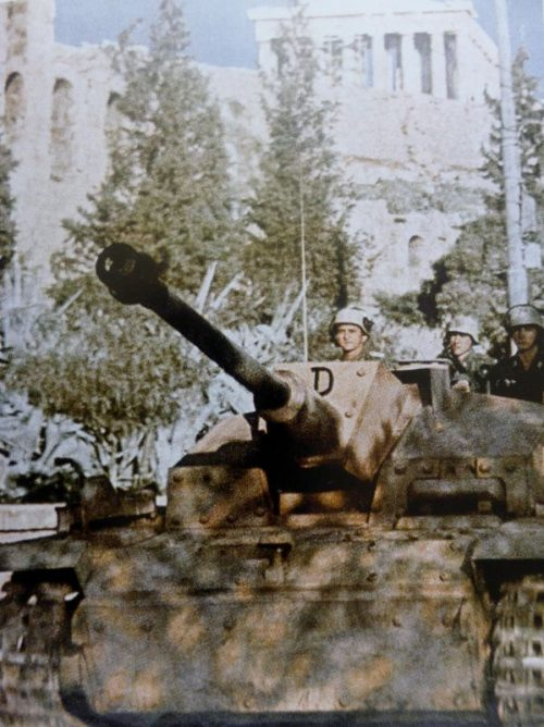 САУ StuG 40 Ausf. F/8 на фоне Акрополя в Афинах. 1943 г.