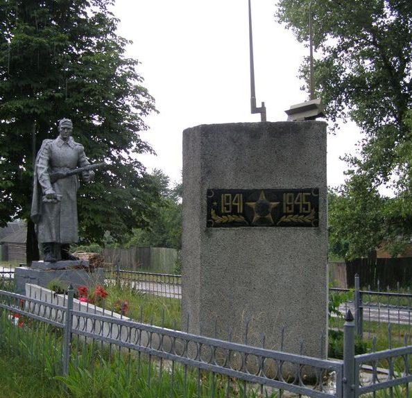 с. Козероги Черниговского р-на. Мемориал, установленный в 1957 году на братской могиле воинов, погибших в 1941 году и памятный знак погибшим односельчанам.