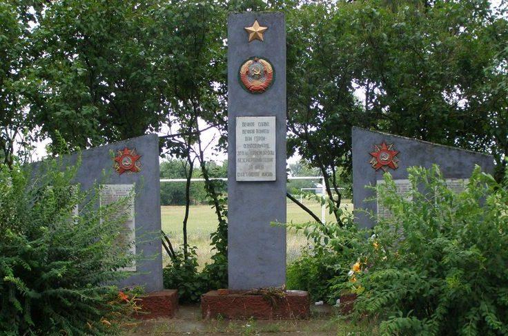 с. Колычовка Черниговского р-на. Памятник погибшим односельчанам.