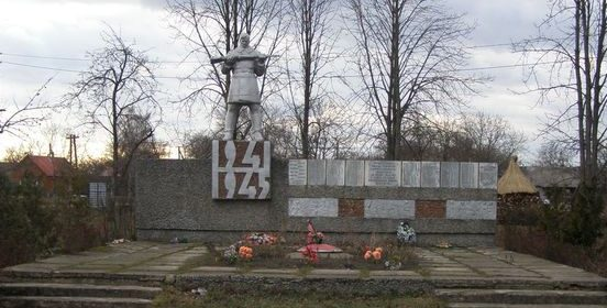 с. Боршна Прилуцкого р-на. Памятник погибшим односельчанам, установленный в 1972 году.