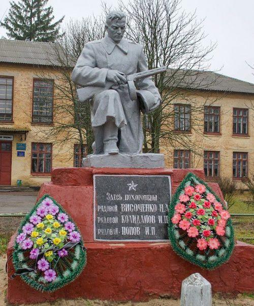 с. Красное Черниговского р-на. Памятник, установленный в 1959 году на братской могиле воинов, погибших при боях за село в 1943 году.