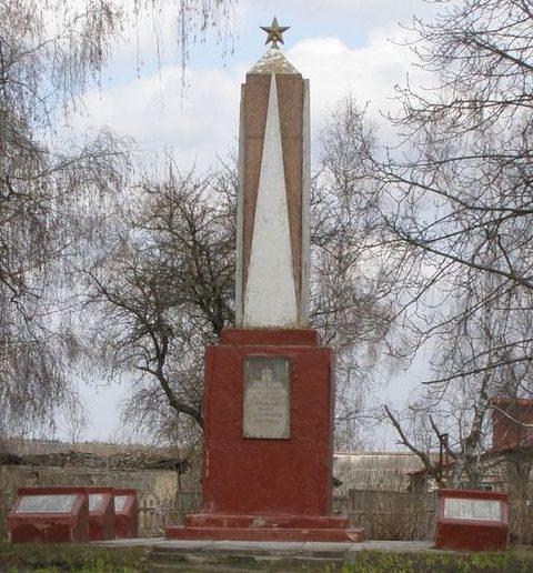 с. Красное Черниговского р-на. Памятный знак 193 погибшим односельчанам, установленный в 1967 году.