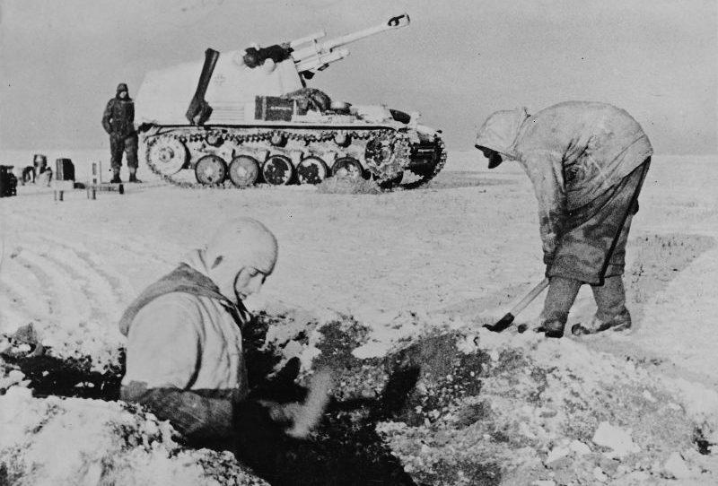 Члены экипажа САУ «Веспе» оборудуют позицию в районе украинского села Погребище. Февраль 1944 г.