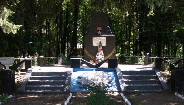с. Дмитровка (с. Жовтневое) Прилуцкого р-на. Памятник у школы погибшим односельчанам, установленный в 1969 году.