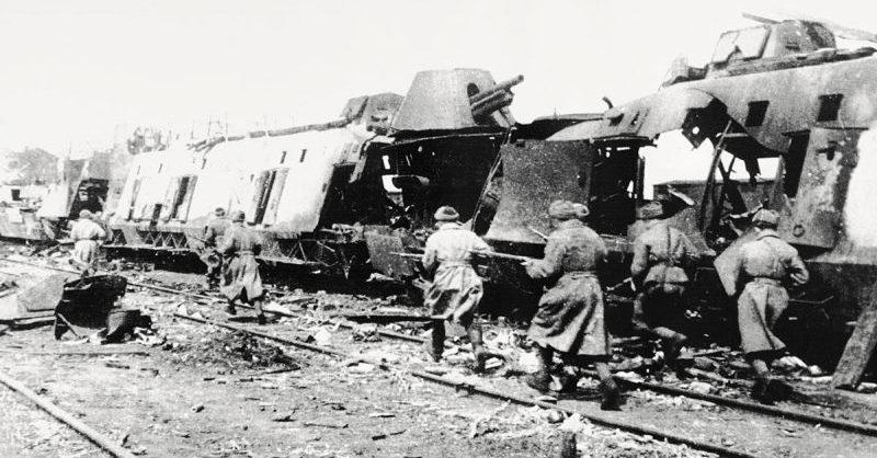Немецкий бронепоезд, разбитый на станции Раздельная под Одессой. Апрель 1944 г.