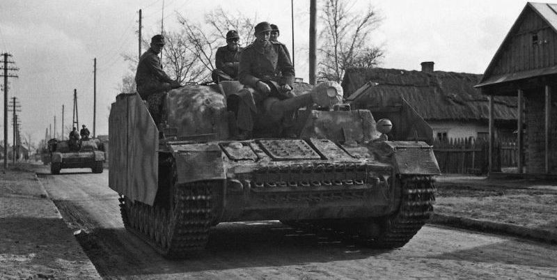 САУ StuG IV на марше в районе Пинска. Апрель 1944 г.
